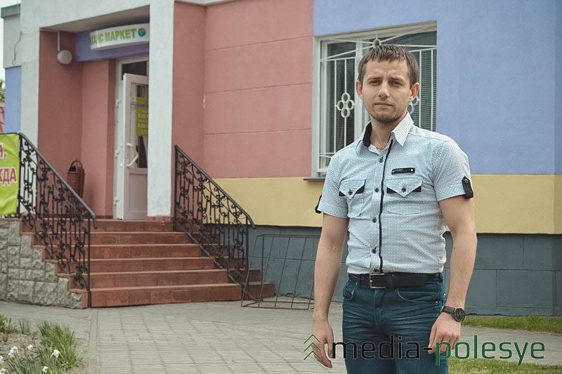 Директор магазина Сергей Ракович носит одежду из своего магазина. Рубашка стоит 30.000 рублей, джинсы – 120.000