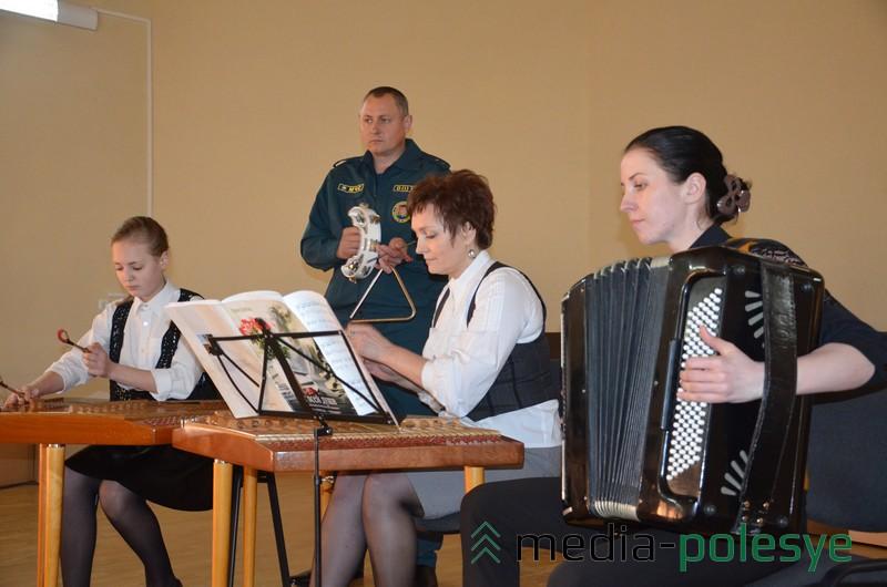 Дубовики и Елена Ковшик во время выступления