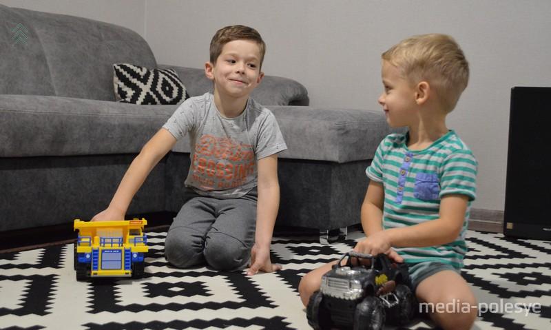 Братья любят играть вместе