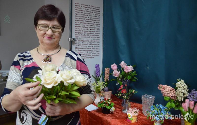 Каждую розу из этого букета Елена Фоменко, по её словам, делала дней пять