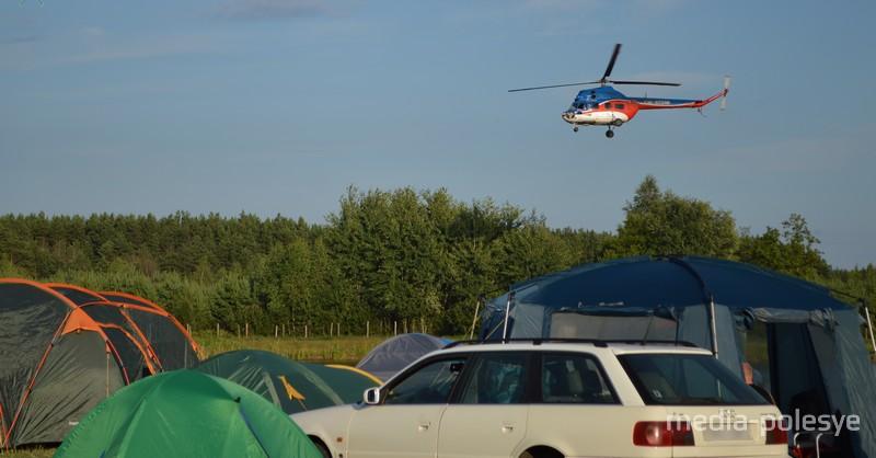 Прямо над головами отдыхающих резкие трюки проделывал вертолёт