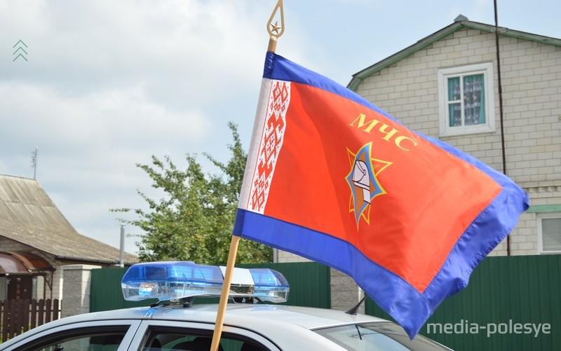 Впереди колонны – спецтехника с флагом МЧС