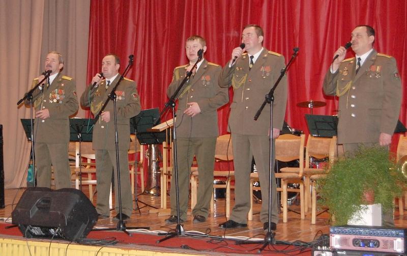 После официальной части мероприятия для жителей приграничья выступают участники  вокальной группы «Единство» и военного оркестра Пинского пограничного отряда