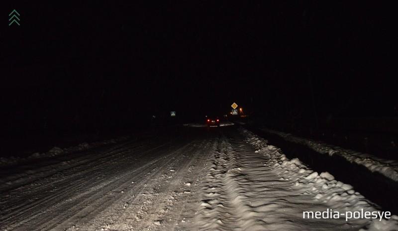 Улицу Калинковича освещают разве что фары проезжающих автомобилей