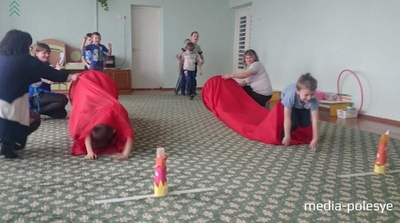 Свою ловкость мальчишки смогли проявить в конкурсе «Туннель»