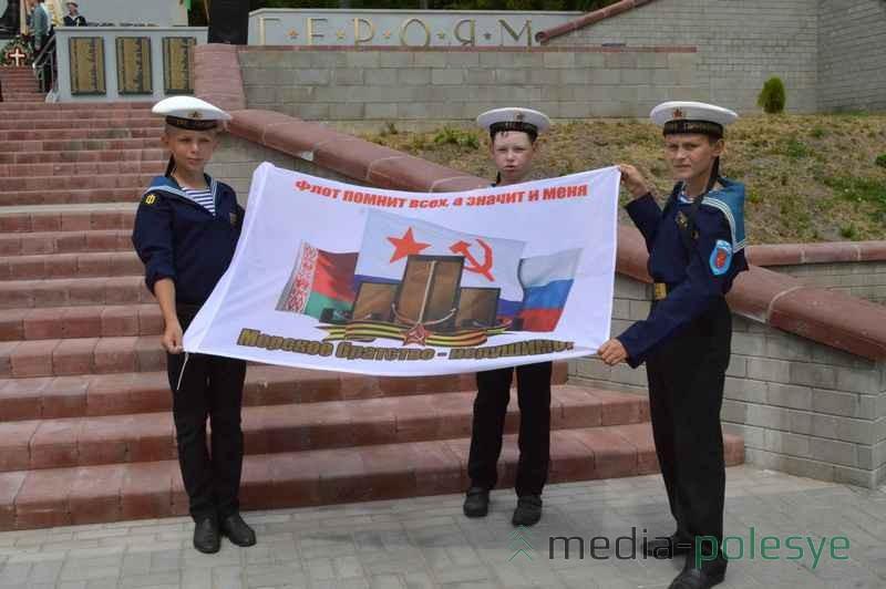 Визит состоялся в рамках военно-исторической экспедиции «Мы помним». Курсанты клуба «Полесские гардемарины» встречали гостей