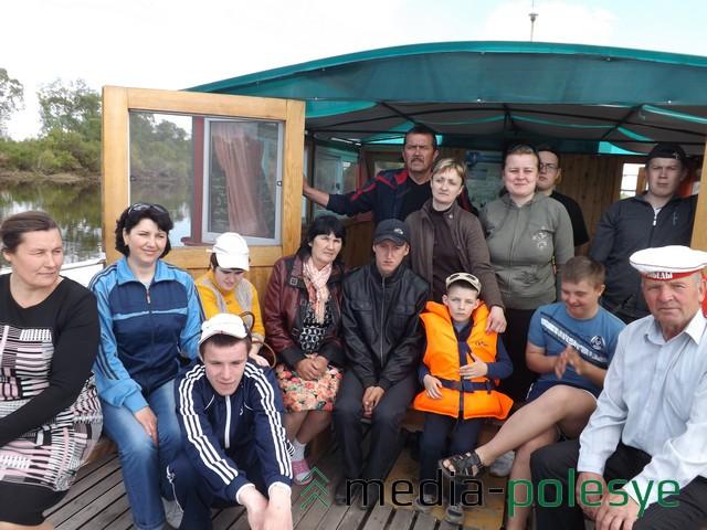 Дети и взрослые на катере «Победа» путешествуют по Припяти. Фото предоставила М.Климушко