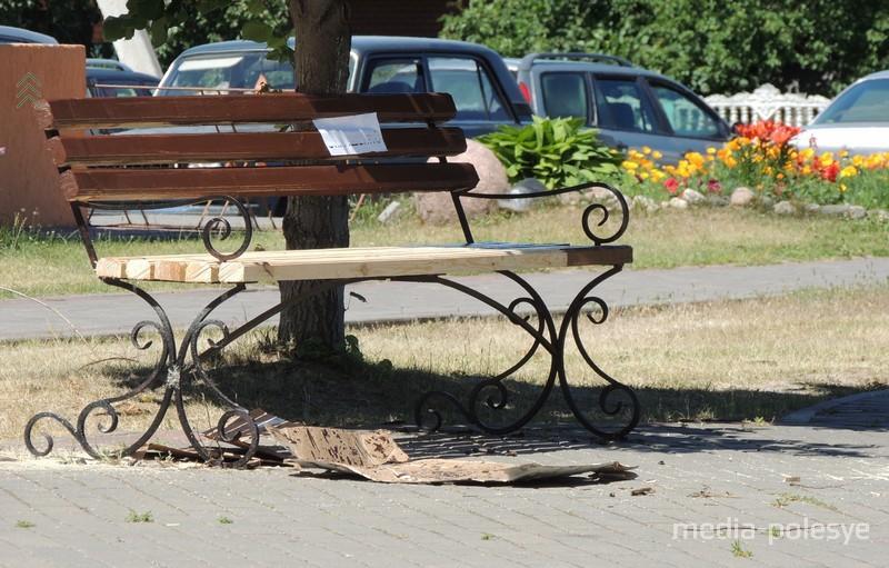 Скоро краска высохнет, после чего на скамейку можно будет присесть