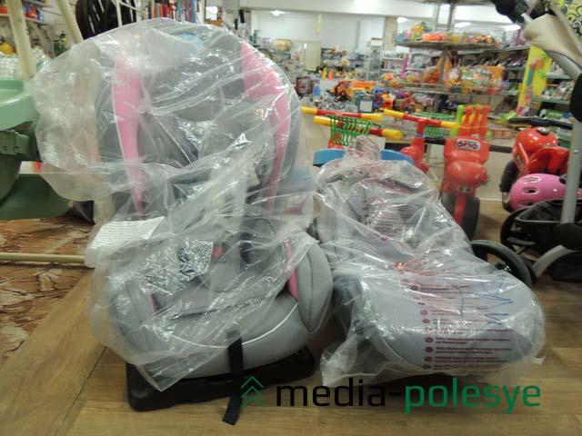 В Столинском универмаге детские автокресла продают на первом этаже.