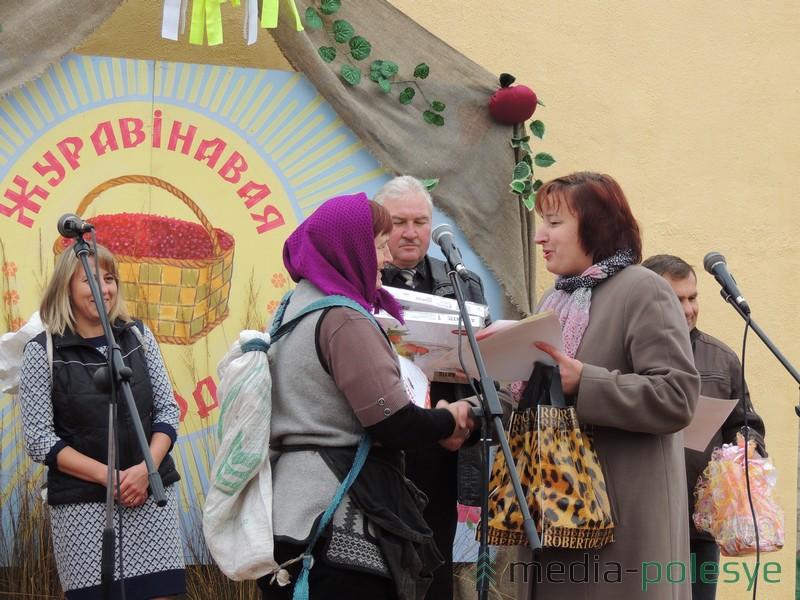 Узнагароду з рук Ніны Ліпскай атрымлівае Ніна Крывалевіч