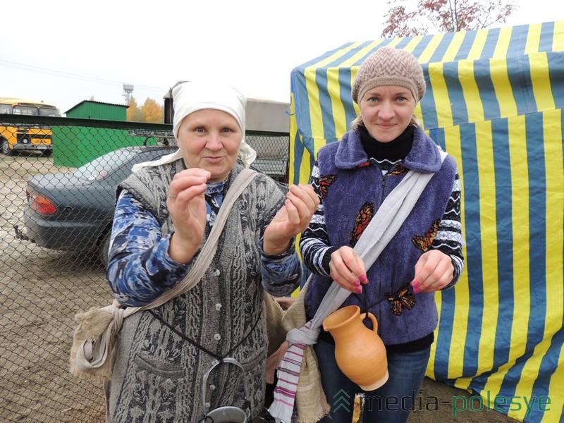 Валянціна Гмір і Ніна Шэлест з Гараднянскага сельсавета кажуць, што журавіны трэба збіраць дзвюма рукамі