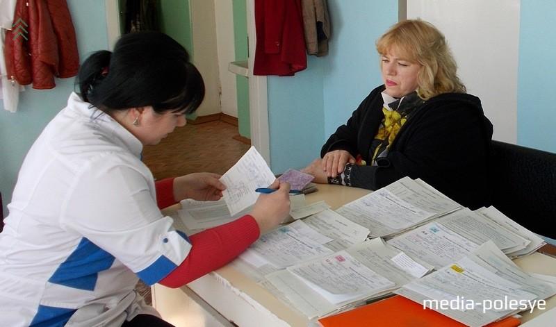 Сначала проводится регистрация желающих сдать кровь. При себе необходимо иметь паспорт, военный билет, разрешение участкового терапевта на кроводачу. Здесь же заводится и карта будущего донора