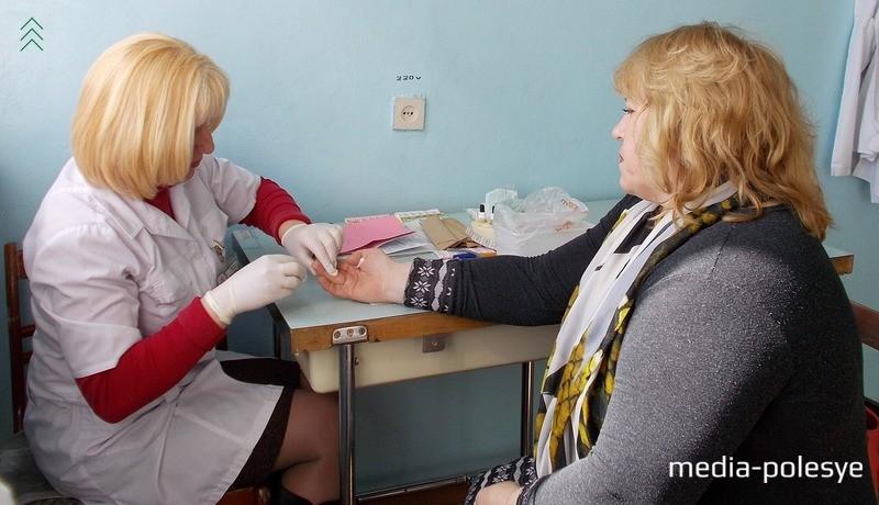 Валентина Шведова сдает кровь впервые, для новичков на месте определяют группу и резус крови