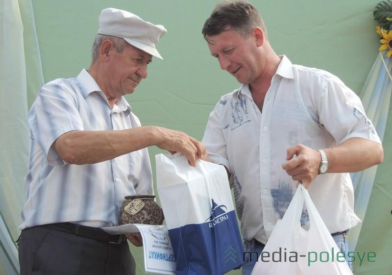 Приз Николаю Седляру вручает кандидат сельскохозяйственных наук Юрий Герман