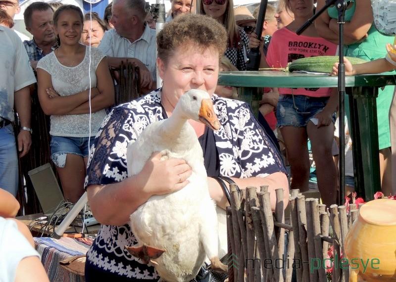 Счастливая обладательница домашней птицы