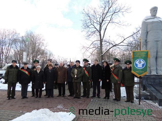 Участники Эстафеты «Победа-70» возле братской могилы советских воинов, партизан и жертв фашизма в Столине