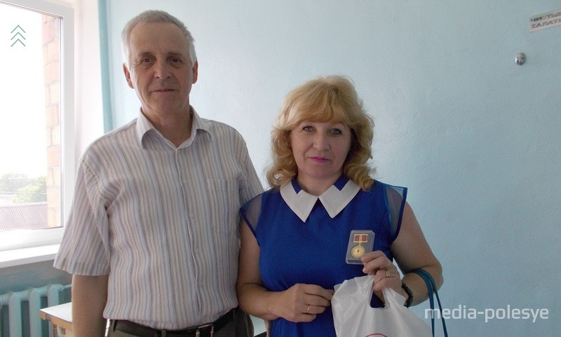 Знак почётного донора из рук хирурга Василий Бойко получает Лунинчанка Тамара Грудько