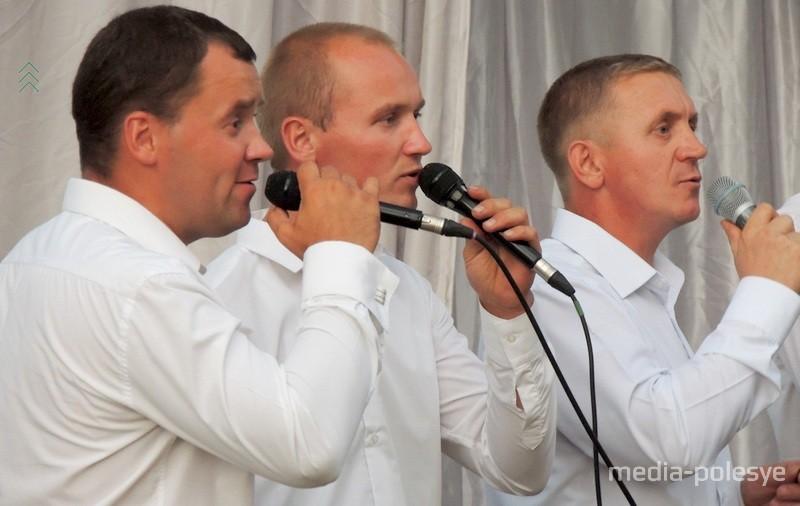 Руководитель группы Юрий Логвинко первый справа