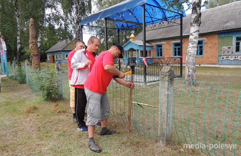 Ребята в свободное от репетиций время занимаются благоустройством лагеря