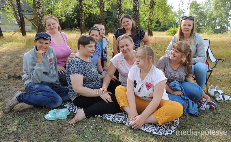 Специалисты социального пункта в Ольшанах при Столинском ТЦСОН вместе с ребятами в лагере