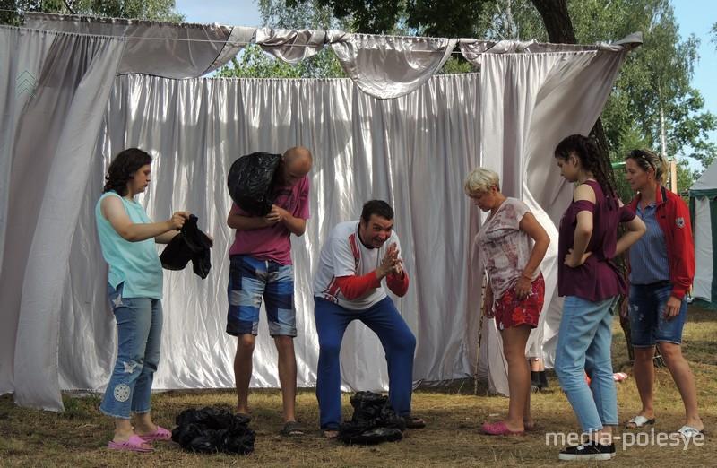 Роль в спектакле нашлась для каждого. Павла из Минска (мужчина в центре) покорила доброжелательная атмосфера в лагере и хорошие педагоги