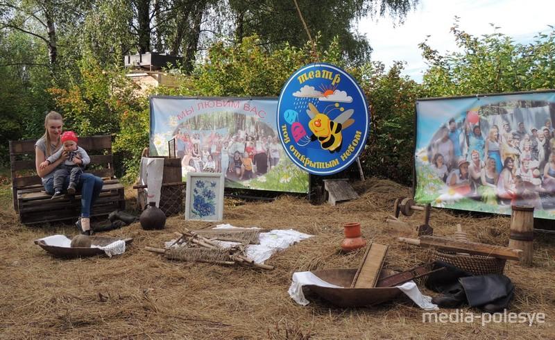 На территории лагеря волонтёры оформили фотозону, где каждый желающий может сделать снимок