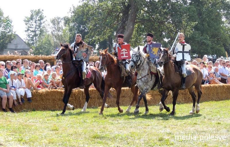 Участники конно-исторического клуба «Золотая шпора»