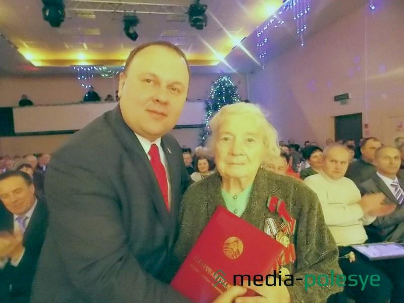 Одну из наград от местной власти Виктор Рафалович вручил ветерану войны и труда Елизавете Ивановне Красиковой