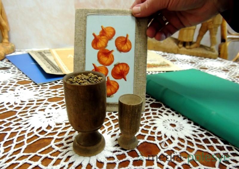 Сярод экспанатаў музея ёсці і мерныя стаканчыкі для продажу насення