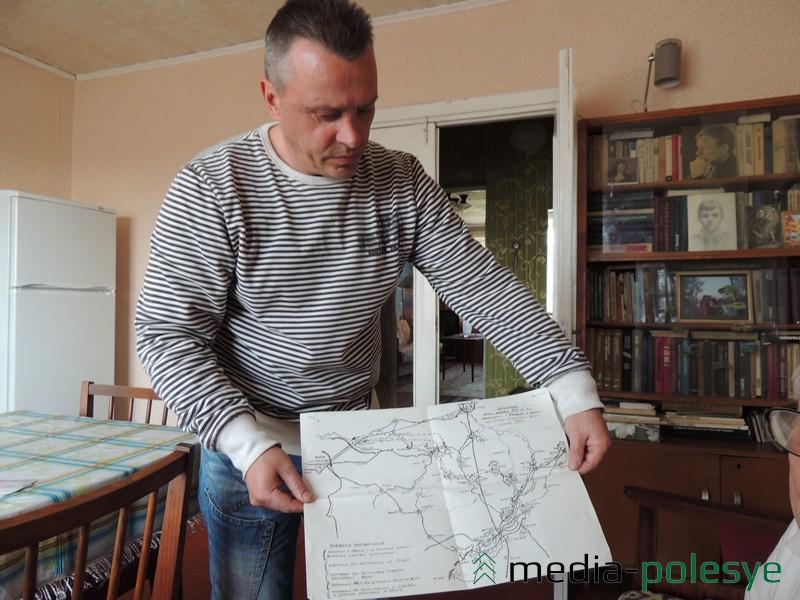 Сын Г.С. Зуева А.Г. Зуев держит составленную отцом карту, где обозначена динамика боевых действий при освобождении Столина в 1944 году