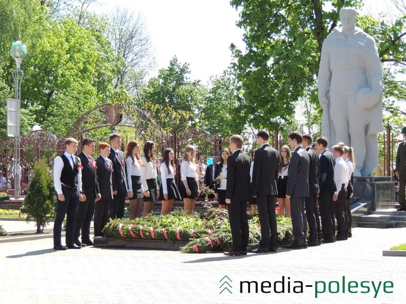 Учащиеся Столинской гимназии к Монументу на братской могиле возложили гирлянду Памяти