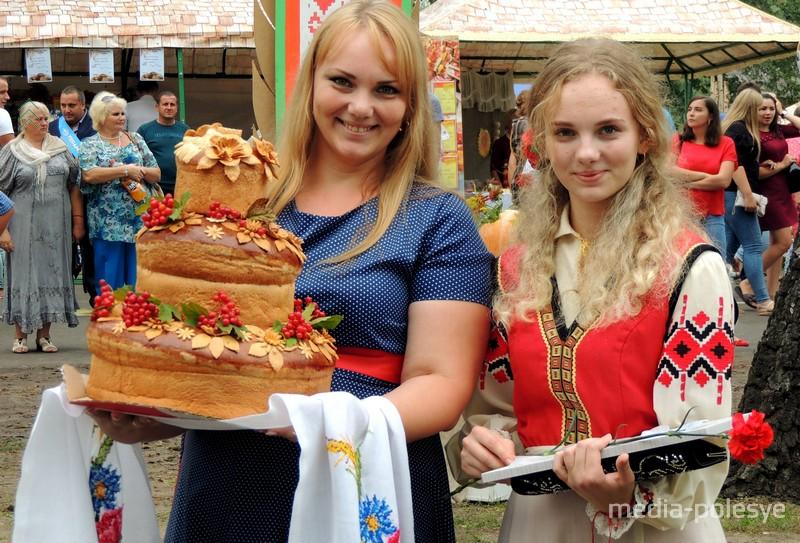 Дожиночный каравай КСУП «Бережное» держит Виктория Кузавко