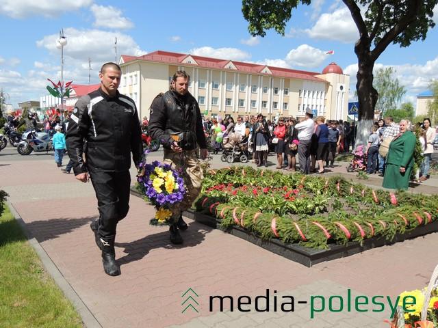 Руководитель мотоклуба  «IRON SAMURAI» FG  Дмитрий Цыганков и представитель мотоклуба «Road Dogs» MC Юра Турбо  возлагают корзину с цветами к братской могиле в Столине