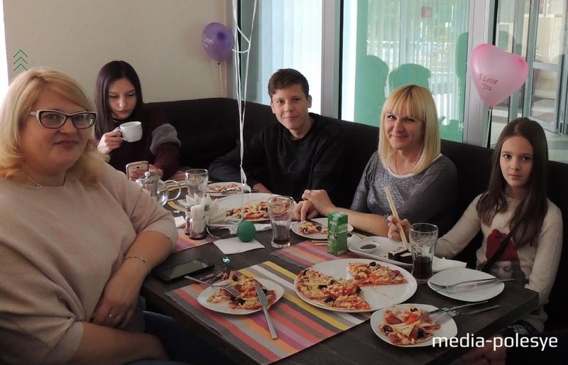Одни из первых посетителей кафе довольны заказом пиццы и роллов