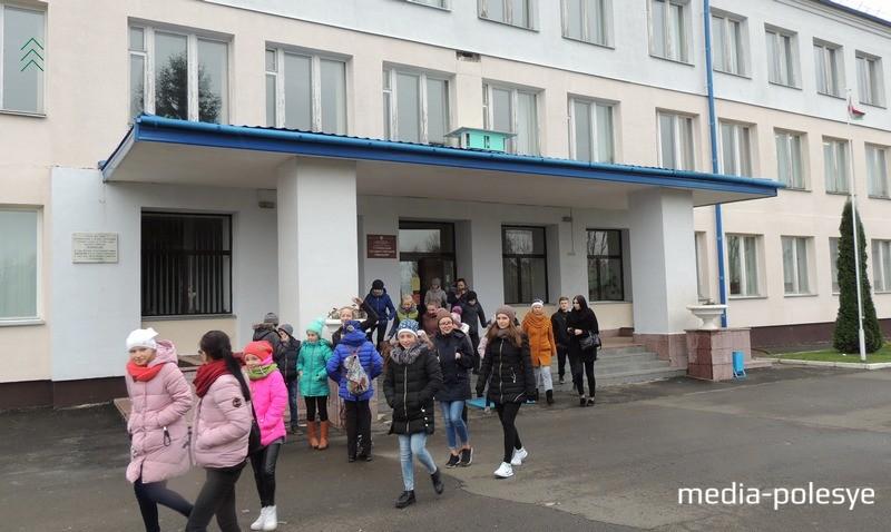 В стене учебного заведения видно место, где до сегодняшнего дня  находилась гильза