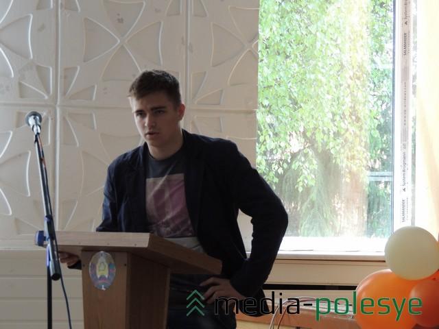 Александр Демьянов презентует свои работы.