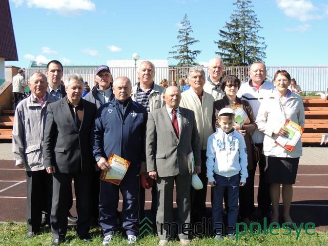 Ветераны физической культуры и спорта вместе с другими гостями на празднике в Столине