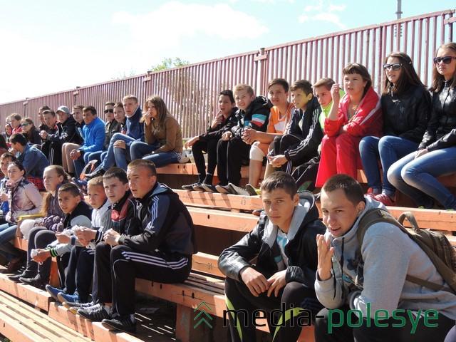 Болельщики и спортсмены на трибунах стадиона ФСК «Коммунальник»