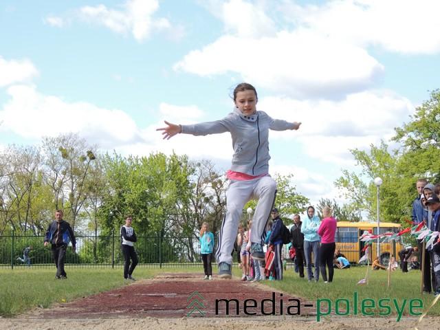 Прыгает участница младшей группы Марина Личко