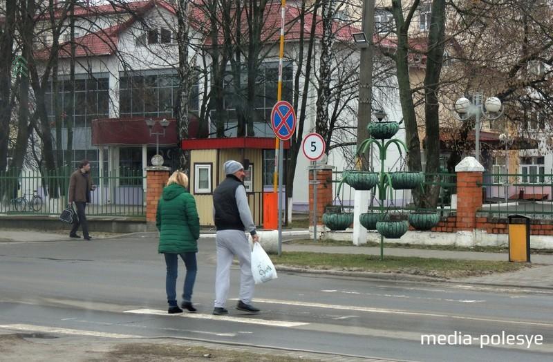 Так этот пешеходный переход около больницы выглядел до недавнего времени