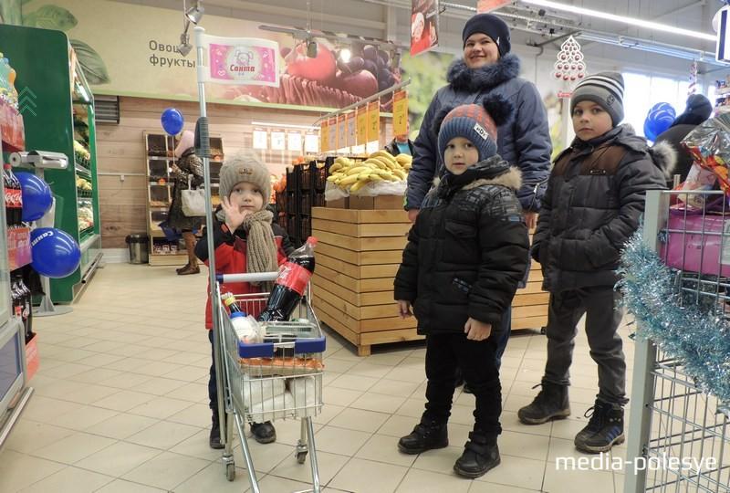 Маленький Коля вместе с братиками и мамой делает первые покупки