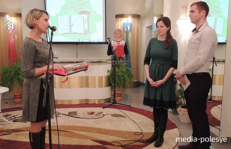 Светлана Пиво вручает семье Дацких памятный подарок