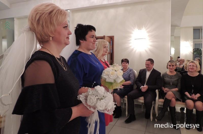 Традицию, когда невеста бросает свой букет, немного изменили. Букеты невест в праздничный вечер мог поймать любой из присутствовавших в зале и быть уверенным, что его самое заветное желание непременно сбудется