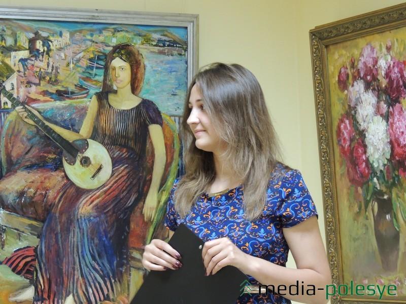 Заведующая выставочным залом в Столине Валерия Лахадынова презентует выставку работ Сергея Мисюна