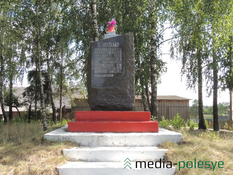 Могила жертв фашизма, а на ней – гранитная стела. Находится в центре деревни Ворони