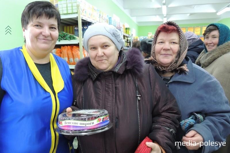 Елена Павловна (в центре) купила к приезду детей в «Гуртовне» торт. Женщина говорит, что теперь станет постоянной покупательницей дискаунтера