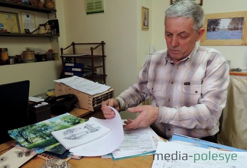 Валерий Филанович, рассказывая о себе, показывает, как на бумагу кладутся новые идеи