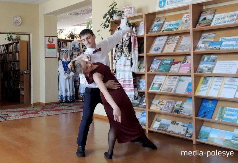 Танцуюць Аляксандр Лісавец і Ганна Чмуневіч