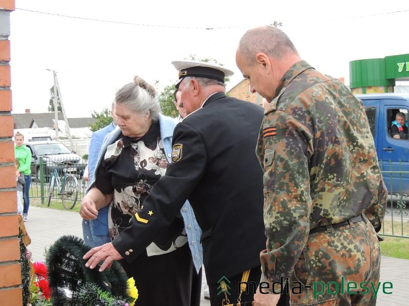 Корзину с цветами к памятнику погибшим воинам принесли и представители историко-патриотического клуба «Поиск»