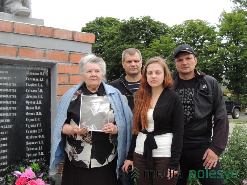 Валентина Козлова с сыновьями Михаилом и Вадимом и внучкой Александрой у братской могилы в Ольшанах